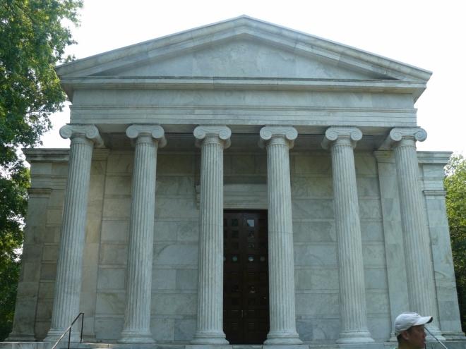 Velmi klasicistní Wing Hall