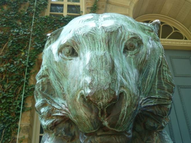 Tygr, jehož má univerzita Princeton jako své zvíře, stráží vchod do Nassau Hall.