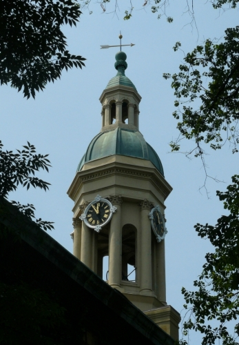 Věžička Nassau Hall, na níž se dříve dle tradice každý rok lezlo (asi prváci to dělali), dokud se někdo nezranil.