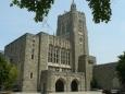 Univerzitní knihovna má velkou budovu, ale to je jen její malá část. Na ploše o rozloze hektaru, tedy i pod dlážděnou plochou, na níž jsme stáli, jsou čtyři podzemní patra. V nich se skrývá celých 13 milionů svazků!