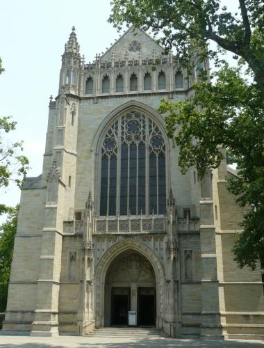 Kostel v kampusu je opravdu velký. Architektem byl prý někdo z konkurenční univerzity Yale (rovněž velmi prestižní), který nechtěl, aby měl Princeton tak velký kostel, a tak alespoň na jeho boční zeď dal buldoka, zvíře Yale.