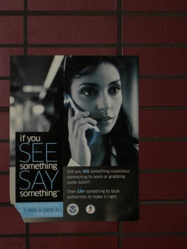 Pokud uvidíte něco podezřelého, ohlaste to policii! Tento plakát jsem vyfotil na autobusovém nádraží v New Yorku, podobné byly i v autobusech a na vlakovém nádraží v New Yorku pak tato hesla hlásili na nádraží.