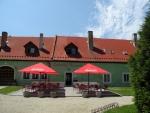 Lovecký zámeček Jemčina byl budován od roku 1747 za Vojtěcha Prokopa Černína v bezprostřední blízkosti hřebčince. Na zámku byla postavena později i 19 metrů vysoká kaple sv. Jana Nepomuckého, která pro svou freskovou výzdobu představuje nejcennější část zámku. V roce 1950 získala zámeček Československá armáda, která do něj umístila raketovou základnu.