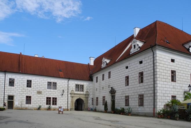 V zámku.