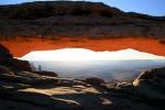 Utah, National Park Canyonlands - Mesa Arch při východu slunce
