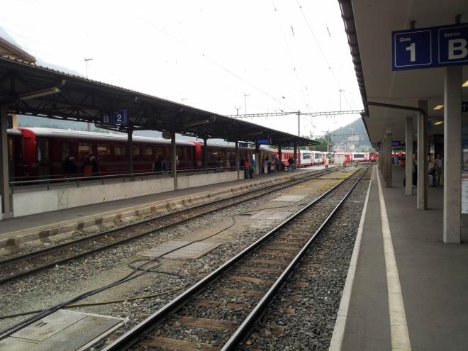 Nádraží ve Svatém Mořici. Ve Švýcarsku, narozdíl od České Republiky, jezdí vlaky ve většině případů na vteřinku přesně.