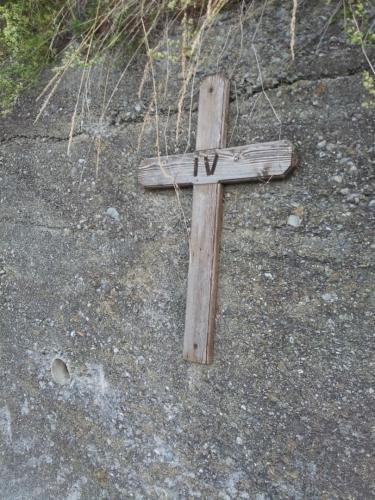 Večer jsme se vydali po křížové cestě v Semogu. Na fotografii je vidět 4. kříž na cestě.