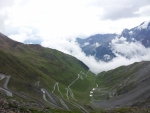 Silnice vedoucí z průsmyku Passo dello Stelvio na druhou stranu, než ze které jsme přijeli my
