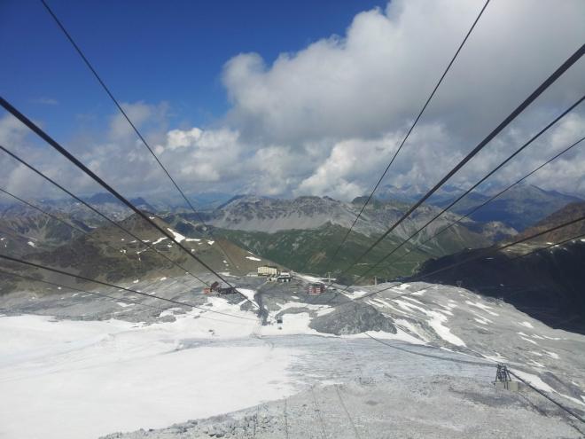 Pohled směrem k mezistanici lanovky a průsmyku Passo dello Stelvio z horní stanice