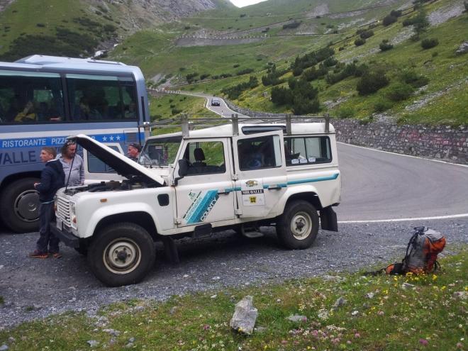 Většina zájezdu jela vypůjčeným hotelovým autobusem (náš autobus byl na jízdu na průsmyk Passo dello Stelvio moc dlouhý), jelikož byl ale o pár míst menší než náš, muselo několik účastníků jet i tímto Land Roverem Defenderem