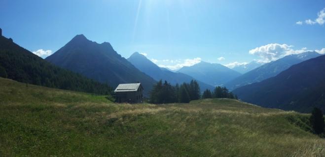 Pohled na hory směrem k Bormiu. Na dvojvrchol nacházející se v levé části fotografie jsme tento den mířili.