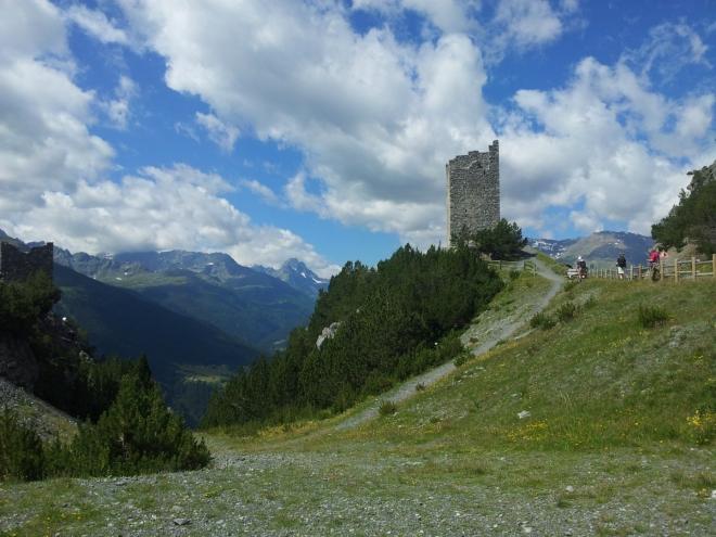 Již napůl rozpadlé strážní veže