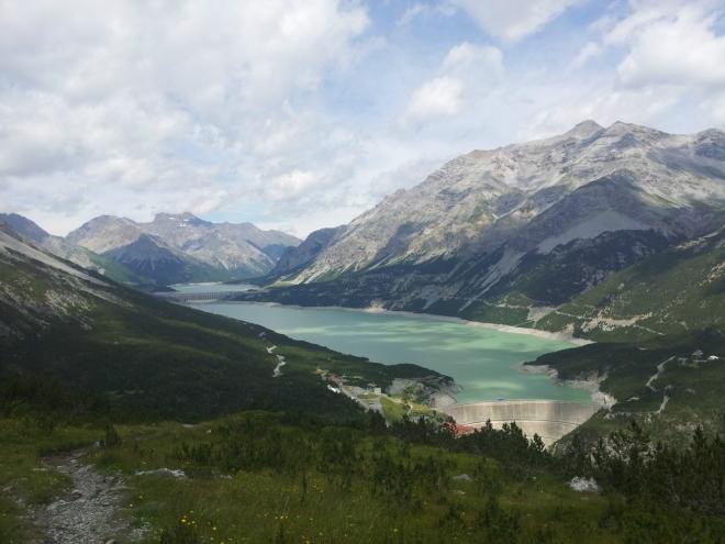Vepředu jezero Lago di Cancano a vzadu menší Lago di San Giacomo di Fraele