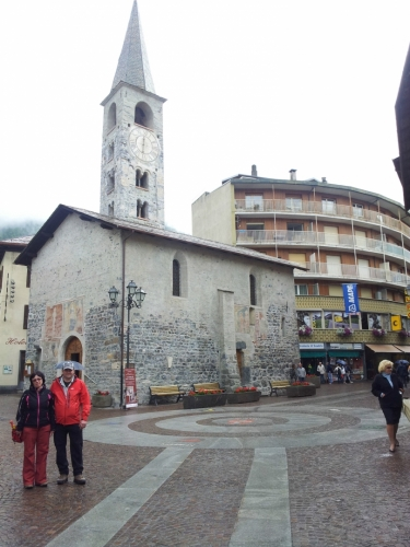 Kostel nacházející se na nejrušnější ulici v Bormiu