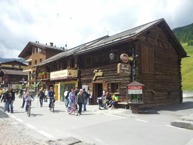 Jeden z mnoha starých dřevěných domů v Livignu
