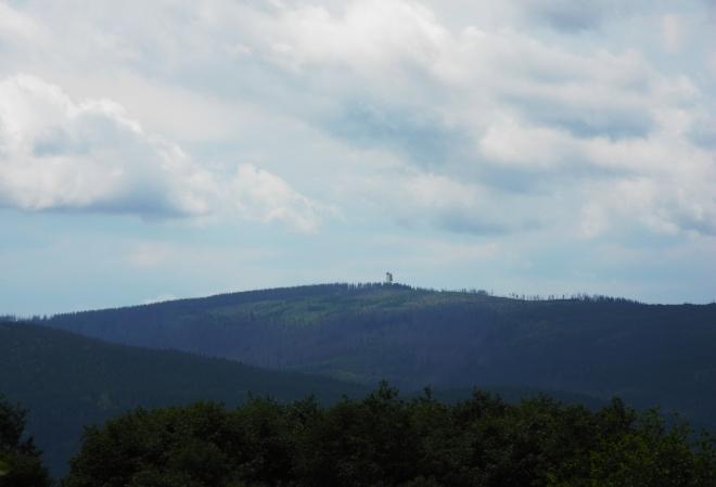 Od turistického rozcestníku Pustina mířím foťák na Poledník a jeho charakteristickou rozhlednu.