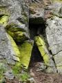 Skalky nad řekou u kamenné sutě.