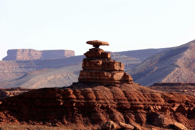 Utah, Mexican Hat - balvan o průměru 18 metrů, posazený na špičatém návrší, 22 km od Monument Valley