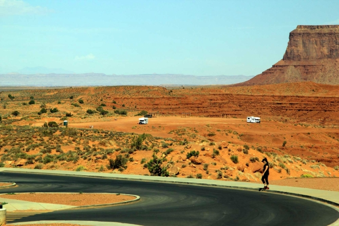 Utah, Monument Valley - pohled na Primitive Camp od informačního centra