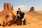 Utah, Monument Valley - v tričkách CK Ocean, v pozadí East Mitten