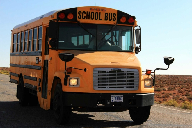 Utah, Monument Valley - školní autobus na silnici Forresta Gumpa, jiný způsob dopravy do školy snad ani není možný