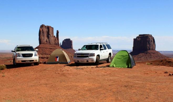 Utah, Monument Valley - s vlajkou stan vedoucího výpravy Mildy Martana, majitele prachatické CK Ocean a dva Chevrolety, kterými jsme celý trip absolvovali