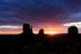 """Utah, Monument Valley - východ slunce vedle Mittens (Rukavice """"palčáky"""")"""