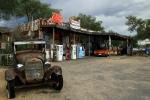 Arizona, US Route 66 - stará pumpa v Hackberry, celkový pohled