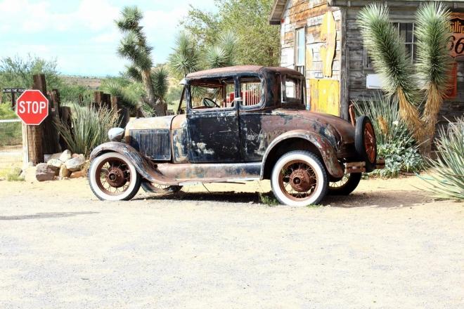 Arizona, US Route 66 - stará pumpa v Hackberry, něco mezi vrakovištěm a muzeem