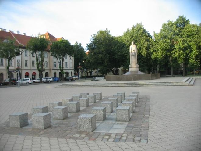 Památník Martynase Mažvydase, autora první tištěné knihy v litevštině. Jestli k němu patří i kameny v popředí a co vůbec symbolizují, se mi nepovedlo zjistit.