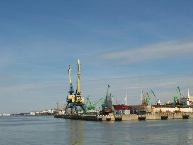 Klaipėdský přístav má v rámci celého Pobaltí největší objem kontejnerové přepravy a druhý největší počet přepravených osob (přes 300 000, po bezkonkurenčním Tallinnu s 8,5 miliony). Pravidelným spojem lze doplout např. do Německa (Kiel, Sassnitz), Švédska a Dánska.