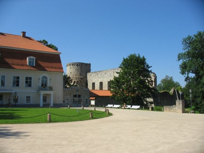 Jako první si jdeme prohlédnout hrad, či spíše jeho zříceninu. Je zde též infocentrum a městské muzeum historie.