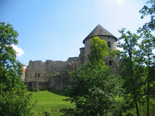 Po důkladném seznámení s dějinami Lotyšska v městském muzeu historie hrad pomalu opouštíme, scházíme do hradního parku.