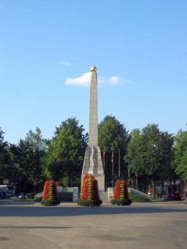 Pozdě odpoledne se ještě vracíme do města, dosud jsme neviděli samotné centrum. Na snímku je památník Vítězství, který se nachází na náměstí Sjednocení (snad jsem přeložil správně). Připomíná lotyšské a estonské vojáky padlé v lotyšské válce o nezávislost. V roce 1951 jej strhli Sověti, obnoven byl až v 90. letech; toto je velmi typický scénář pro jakékoliv podobné symboly nezávislosti v celém Pobaltí.