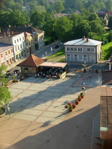 Růžové náměstí či náměstí Růží (Rožu laukums). Zatímco v létě je dominantním prvkem náměstí fontána, v zimě sem lidi chodí bruslit.
