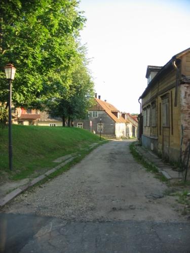 Řada domů ve městě vypadá opuštěně. Lotyšsko posledních dvacet let trápí výrazný pokles populace, za což může vedle odlivu Rusů, Ukrajinců a Bělorusů i stárnutí obyvatelstva a migrace mladých lidí za zahraničními příležitostmi.