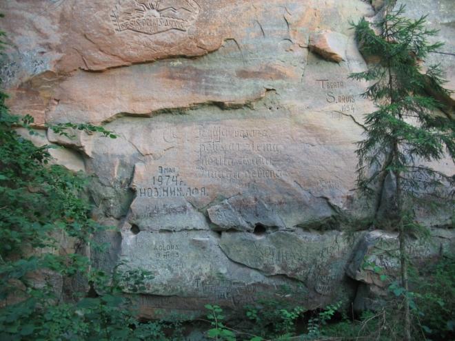 Lesní pěšinou se dá prodrat ještě o kus dál. Jak už to bývá, i zde je pískovec vděčným médiem pro různé rýpaly a škrábaly.
