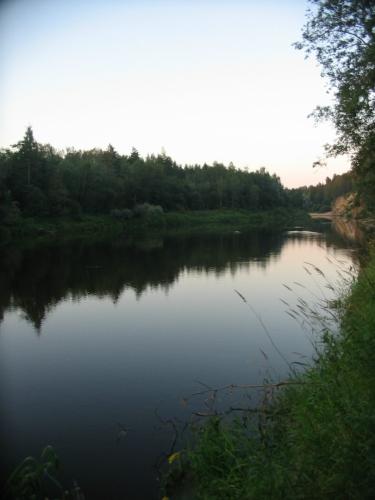 Ohlédnutí za řekou, než opět zmizíme v lese.