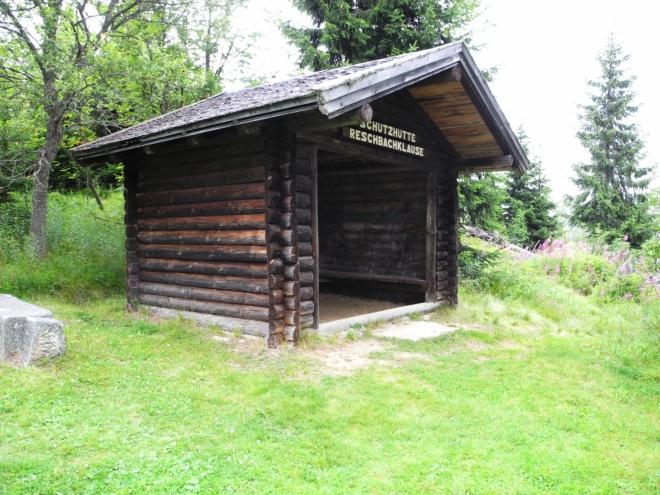 Pro turisty je zde bytelná chatka. Nocování zakázáno.