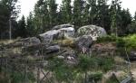 Na nedalekém návrší zdálky vidíme další shluk balvanů a tak se na místo zvaném Stodůlky jdeme také podívat.