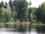 Před od západu blížící se frontou je velmi teplo a tak se, podobně jako mnoho dalších návštěvníků těchto krásných míst, noříme do chladivých vod rekreačního, lesního rybníka Zvůle. Nakonec nás potěší i pohled na raka, který u písčitého břehu hledá něco k snědku. Ověřujeme si tak skutečnost, že opravdu chodí (prchá) pozpátku.