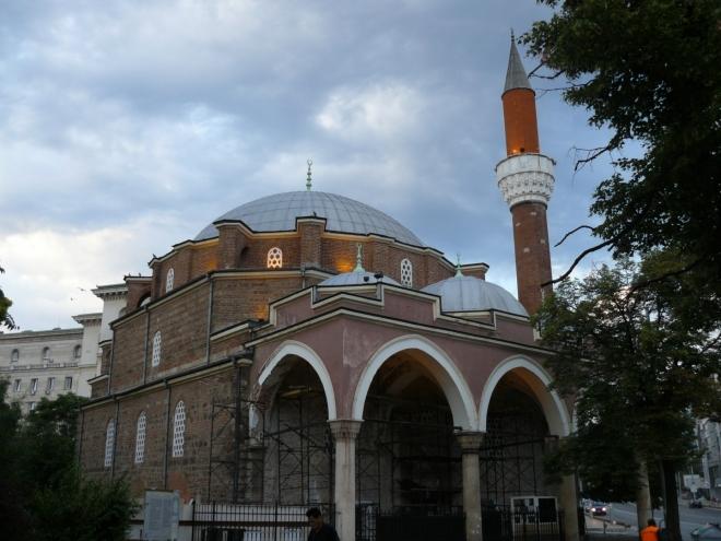 Cestu kolem trojúhelníku svatostánků tří náboženství začínáme brzy ráno u mešity. Opravuje se, a tak ani nemůžeme nahlédnout dovnitř.
