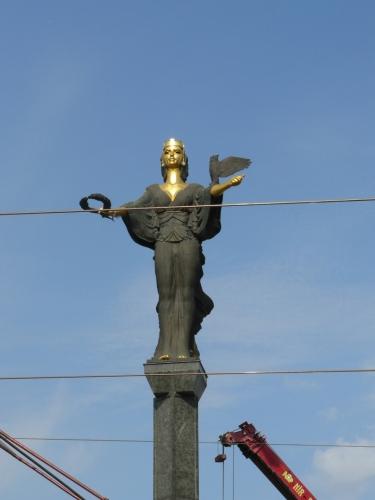 Socha svaté Sofie bdí momentálně nad stavbami.
