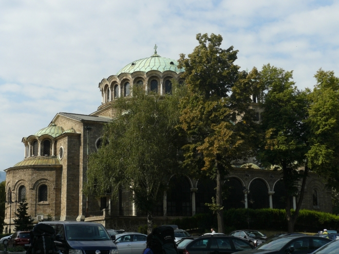 Kostel svaté Neděle se z části skrývá za stromy