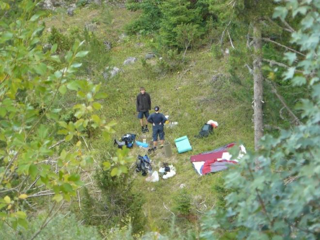 Pohled shora na naše tábořiště na mýtince v údolíčku. Stan nestavíme, jen použijeme jeho vnitřní část jako podložku.
