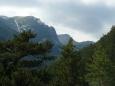 Pohled od chaty na hory je ještě dosti zezdola. Během odpoledne to však změníme a dojdeme skoro na hřeben.