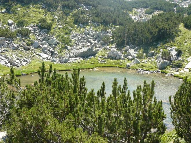Suchodolsko Ezero, jedno z mála v mramorové části pohoří. Zároveň poslední voda před hřebenem, takže poblíž chceme přespat.