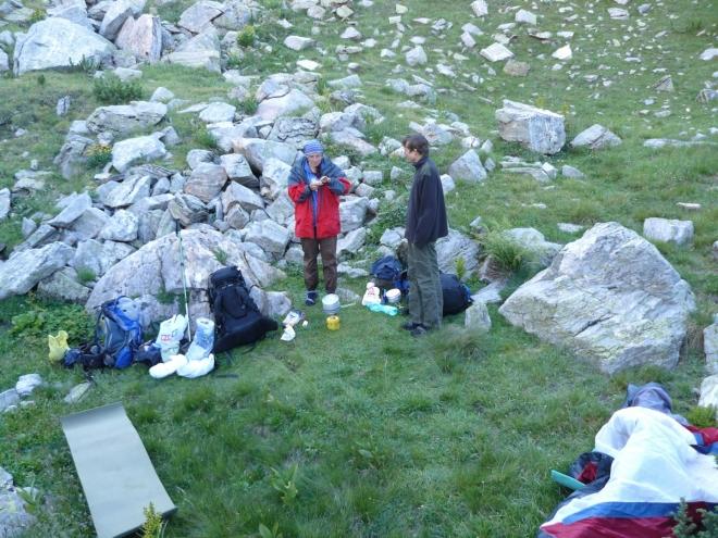 Tábořili jsme v malém ďolíku nad jezerem. Jako ochrana proti větru však selhal.