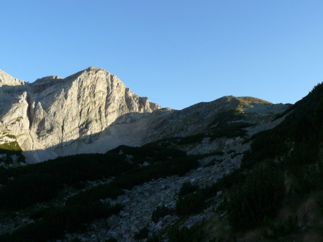 Osvětlená Kamenitica a vpravo skrytý Razlozski Suchodol