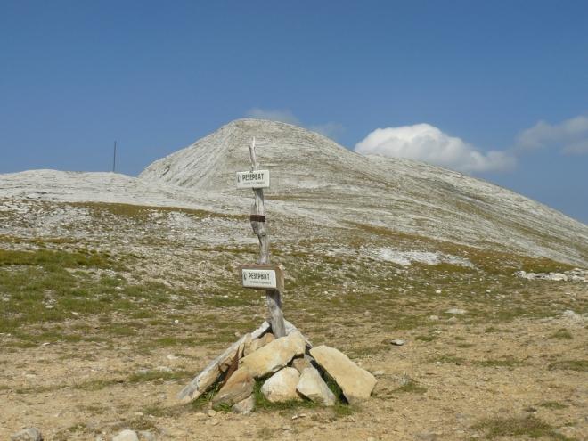 Sedlem Kamenitiski Preval prochází hranice rezervace nacházející se na východním svahu hor. V pozadí Kamenitica.